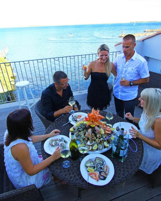 Dégustation d'huîtres sur la côté méditerranéenne. C.Deschamps. CRT Occitanie.