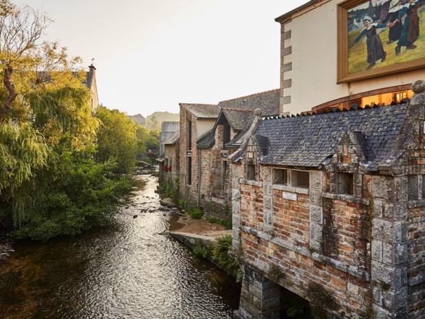 Pont Aven, le long de la rivière de ses biefs et vannes qui irriguent les vestiges des moulins. Alexandre Lamoureux.CRT Bretagne.