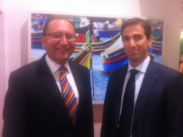 À gauche, Josef Gauci, directeur général du MTA et, à droite, Simon Kamsky, directeur marketing Europe font le point sur la fréquentation touristique à Malte à l'occasion de l'IFTM 2012 - Photo B.F
