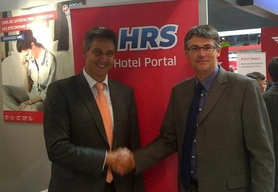 Emmanuel Ebray, Directeur France HRS et Stéphane Aubert, Directeur des projets relation clients VINCI Autoroutes ont conclu le partenariat le 20 septembre 2012 dans le cadre de l'IFTM / Top Résa - Photo DR