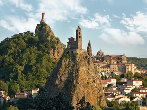 Le Puy-en-Velay, chapelle St Michel d'Aiguilhe et statue Notre Dame de France - DR : j.Damase/CRT ARA.