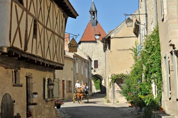 """Le village médiéval de Charroux, aux """"Plus beaux villages de France"""" - DR : J.Damase/CRT Auvergne-Rhône-Alpes."""