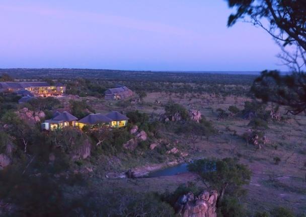 Vue aérienne du Four Seasons Safari Lodge Serengeti en Tanzanie. Un hôtel au coeur de la vie sauvage. DR