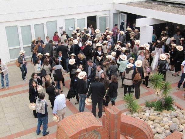Avis, l'un des 55 partenaires invités, samedi 29 septembre 2012, par Ailleurs, a distribué des chapeaux aux 230 participants à la Convention - Photo P.C