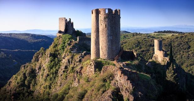 La Cité de Carcassonne est une porte d'entrée pour découvrir toutes les richesses patrimoniales et naturelles de l'Aude. Les châteaux et abbayes du Pays Cathare en sont l'emblème, avec chacun leur typicité et un environnement naturel et protégé. Ici Lastours - DR : Vincent Photographie