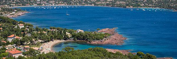 Saint-Raphaël se distingue des autres destinations de la Côte d'Azur par son littoral ponctué de criques et de calanques de roches rouges. Paysages uniques et contrastes de couleurs à découvrir notamment le long de la célèbre route de la Corniche d'Or. Copyright : Nico GOMEZ.