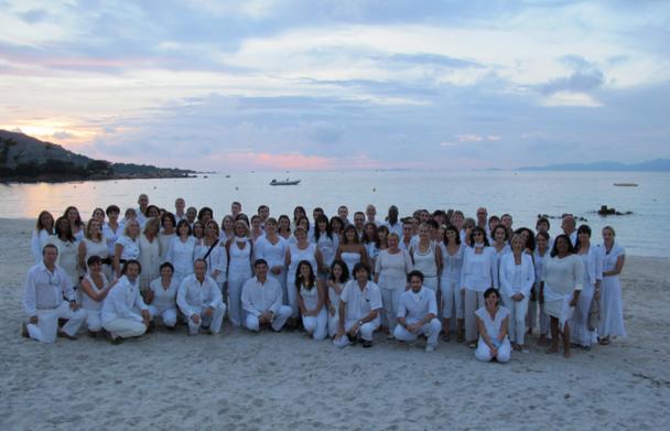 Après les épreuves, le réconfort sur la plage pour les 80 participants, lors d'une soirée blanche - DR : A.B.
