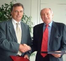 Christian Boireau (AF) et César Balderacchi (Snav) lors de la signature en juillet 2004