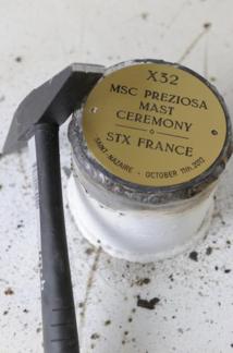2 pièces commémoratives ont été scellées dans le mât radar du MSC Preziosa - DR : MSC Croisières