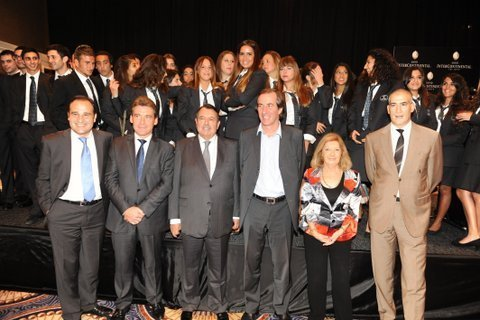 De gauche à droite : Lionel BOBOT, Didier BOIDIN, Alain SEBBAN, Christophe BIGOT, Jocelyne SEBBAN, David COHEN et les étudiants de Vatel à Tel Aviv - DR : Vatel