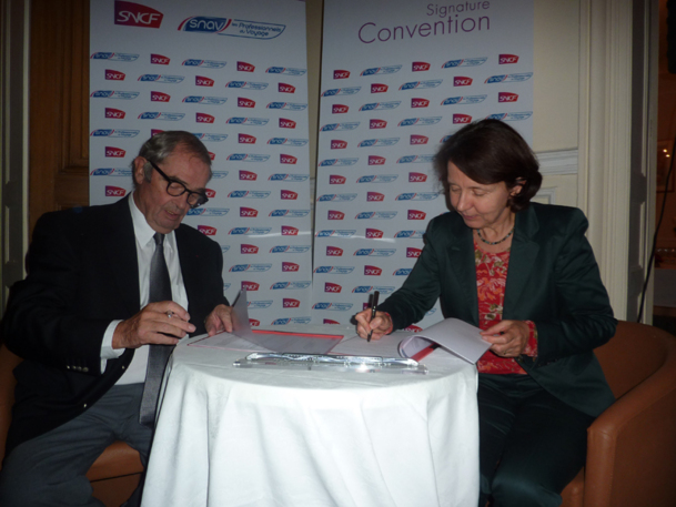 Georges Colson et Barbara Dalibard reconduisent la convention SNAV - SNCF pour 12 mois. / Photo DR