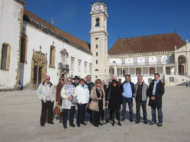 Partance avait invité une dizaine de responsables d'amicales et associations de seniors pour un voyage d'étude dans le nord du Portugal. Le groupe pose ici dans la cour de l'université de Coimbra, l'une des plus anciennes du pays. DR - LAC