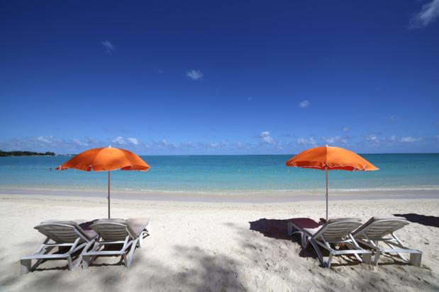 Parasols et lagune sur la plage de Mont-Choisy, île Maurice) /crédit DepositPhoto