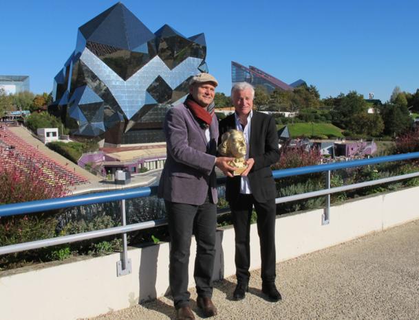 Dominique Hummel et Bertran Lotth avec le trophée - Photo DR