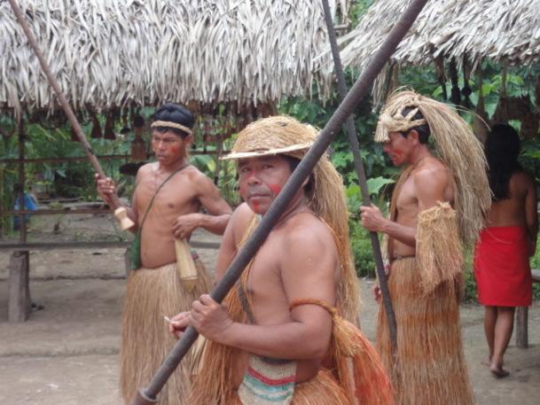 Village Yuagua, costumes de paille et tir à la sarbacane traditionnels - Photo DR