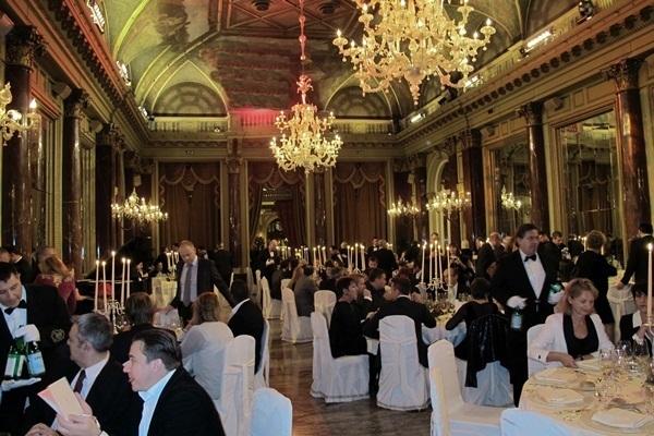 """Des tables ornées de grands chandeliers avec l'en base noyée dans des bouquets de fleurs, des lustres de cristal de Bohême pendant au plafond, des miroirs aux murs et des tentures majestueuses ont fait de ce dîner """"grand siècle"""" un moment privilégié pour les convives./photo JDL"""