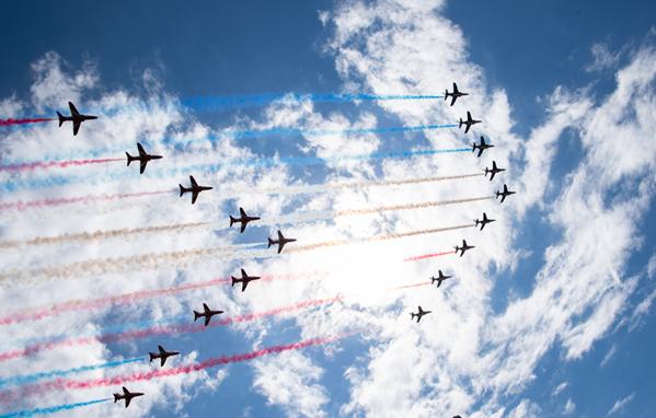 Cérémonie du 18 juin 2020 Paris 3 - Crédits : armée de l'air La Patrouille de France et les Red Arrows, son homologue britannique, ont laissé dans le ciel de Paris leur panache tricolore, mêlant ainsi les deux drapeaux pour n'en faire qu'un.