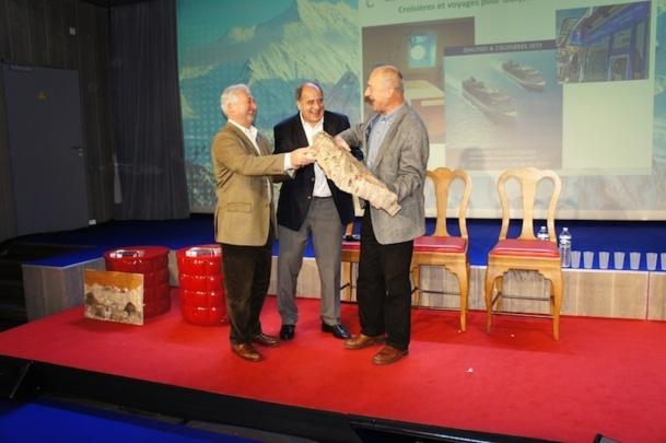 François-Xavier de Boüard et Jean-Pierre Mas remettent le Trophée à Gérard Pons - Photo CE
