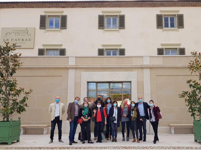 Les agents de voyages spécialistes de la France en éductour dans la vallée du Rhône avec Auvergne-Rhône-Alpes Tourisme, posent devant le Caveau du Château à Ampuis - DR : A.B.