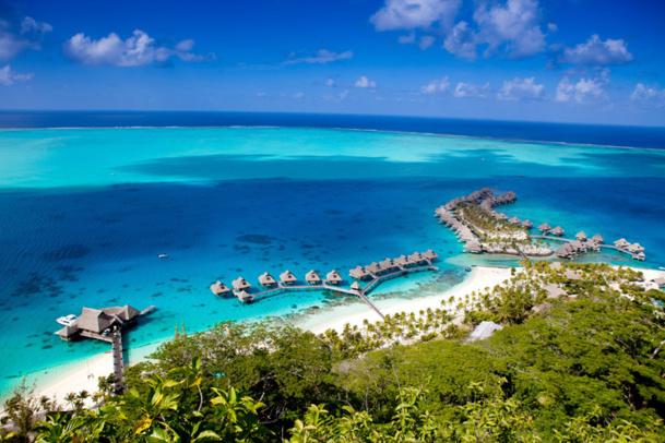 Le Hilton Bora Bora Nui Resort & Spa est composé de 122 suites (de 75 à 120 m2), dont 86 sur pilotis avec accès direct au lagon.  - Photo Hilton