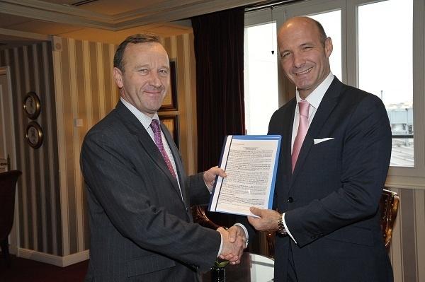 Le Directeur général de l'InterContinental Paris le Grand et le Directeur du lycée polyvalent Albert de Mun ont signé un accord de partenariat - Photo DR