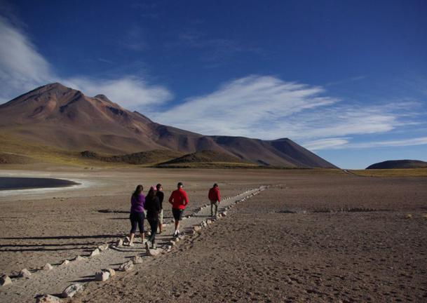 Au dessus du lac, quasi dépourvu de neige, les sommets des volcans (dont le Miscanti), bruns et désolés, tous à plus de 5 000 m, sont accessibles par des sentiers muletiers, sans équipement. - JFR
