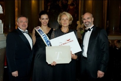 L'heureuse gagnante a reçu son prix des mains de Philippe Brieu, Directeur France d'Air Mauritius et d'Alexandre Espitalier Noël, Directeur France de Sun Resorts, en présence de Marine Lorphelin, Miss France 2013 - Photo DR