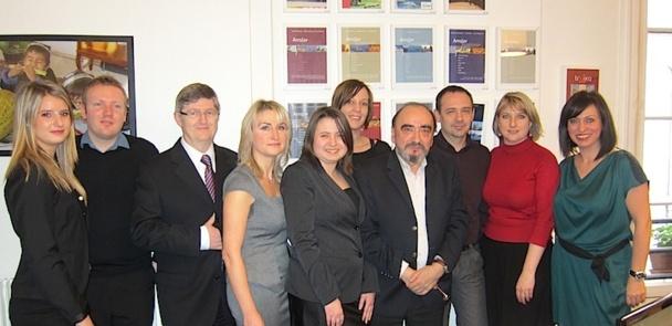 L'équipe d'Amslav pose dans ses bureaux parisiens. DR-LAC