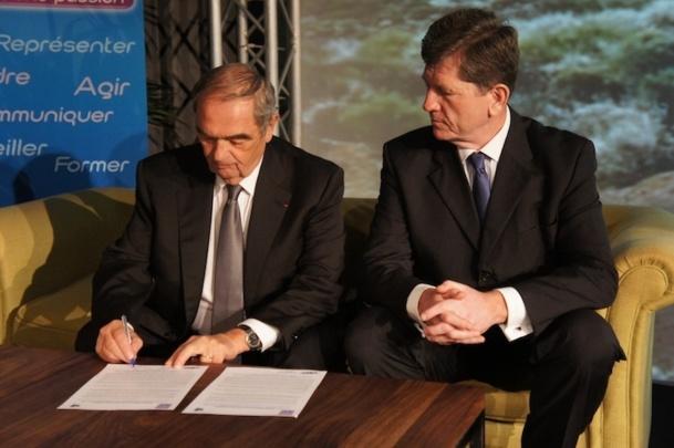 Georges Colson, président du SNAV et Frédéric Pierret, directeur exécutif de l'OMT en charge du programme et de la coordination lors de la signature organisée à l'occasion du congrès du SNAV à Tenerife - DR : C.E.