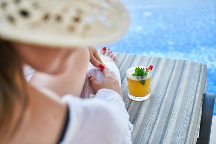 © CTG  / Détente au bord de la piscine
