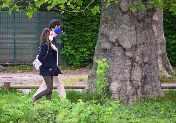 Un couple se promène dans le parc du Bois de Boulogne, après que le maire de Lille ait annoncé la réouverture de certains parcs et jardins de la ville le 13 mai 2020. Denis Charlet/AFP