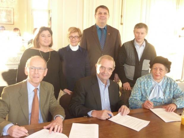 """Le 10 décembre 2013, Georges Colson signe la nouvelle convention collective. Le document traînait dans les tiroirs depuis 1994. C'est le dernier acte officiel dans les bureaux de la place du Général Catroux. Le 12 décembre, le SNAV déménage pour rejoindre """"La Maison du tourisme"""", propriété de l'APS, au 15 avenue Carnot à Paris - DR"""