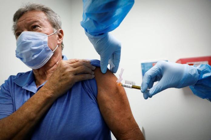 Le vaccin a été principalement testé chez les moins de 55 ans, il faut désormais savoir quelle est son efficacité chez les seniors. Vasilis Asvestas/Shutterstock