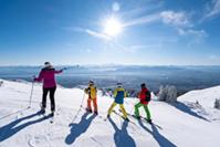 Ski en famille à Monts Jura (01) © www.TristanShu.com/Auvergne-Rhône-Alpes Tourisme