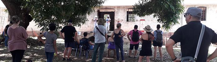 AGAMIS / Acteurs du théâtre de l'Entonnoir lisant des extraits du livre « Papillon » dans le Camp de la Transportation (île Royale)