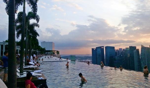 Perché sur le belvédère à 220 mètres de haut, (ou dans la piscine pour les plus fortunés) vous contemplerez le coucher de soleil et apercevrez la myriade de petites îles de l'archipel qui indiquent, tels autant de cailloux parsemés par un petit poucet géant, le chemin de la Malaisie voisine./photo JDL