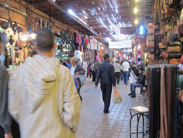 Beaucoup de choses ont changé dans les souks de Marrakech, à commencer par l'invasion de produits chinois, des contrefaçons, du plastique, etc. Les professionnels devraient prendre conscience de ce phénomène et revenir aux fondamentaux. /photo A.B.