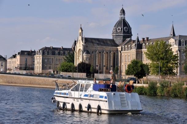 Avec plusieurs milliers de kilomètres de voies d'eau navigables en Europe et une grande variété de paysages, la location de bateaux sans permis est un produit qui peut convenir à différents types de clientèles. Aux agences de voyages d'en prendre conscience ! Photo : Les Canalous