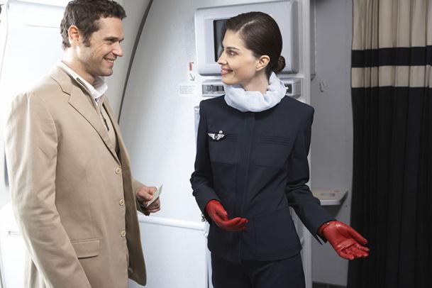 Les PNC prennent les décisions relatives aux priorités à l'embarquement, puis, lors de l'embarquement, ils vous indiqueront où se trouve votre siège, vous aideront à ranger vos bagages à mains - DR : Air France