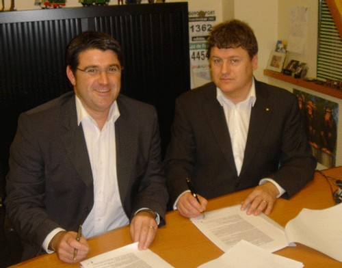 Signature du contrat entre Alain Hamon, DG de Voyages Internationaux et Alain Roué de l'agence Eté Evasion