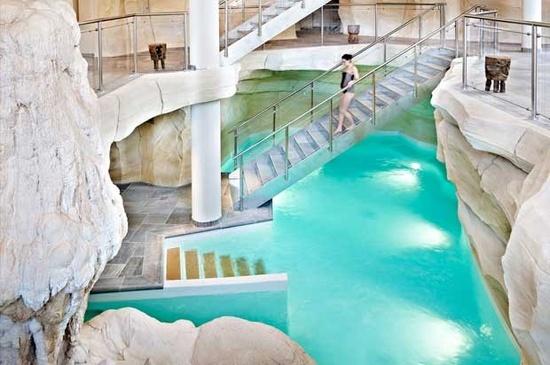 Salle des bains aux airs de grotte de glace, hammam dans une grotte volcanique, ambiance féérique garantie au spa Cinq Mondes des Arcs 1950, un des plus grands des Alpes. DR