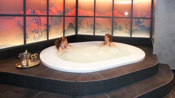La plongée dans le jacuzzi permet de chasser les toxines accumulées dans les tissus au cours d'une rude journée de sport et prépare au massage. DR