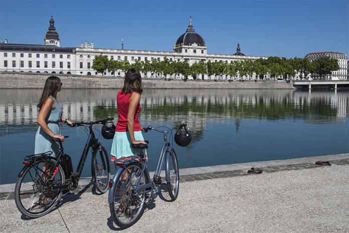 Lyon à vélo, les berges du Rhône, face au Grand Hôtel-Dieu - © A. Stenger / Auvergne-Rhône-Alpes Tourisme