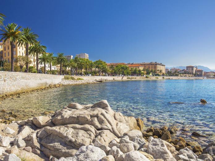 Les  voyageurs peuvent y déposer leur justificatif d'identité et leur avis d'impôt sur les revenus (avec une adresse fiscale en Corse) pour se voir délivrer sous 48 heures un numéro valable jusqu'au 31 janvier 2022 et renouvelable chaque année - Depositphotos.com gevision