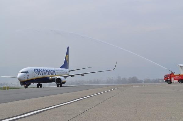 Comme le veut la tradition, le Boeing 737-800 de Ryanair a été arrosé par les pompiers au moment de son arrivée à Clermont-Ferrand ce mardi 2 avril 2013 - Photo DR