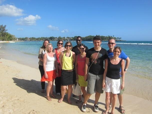 Les gagnants du chalenge de vente XL Airways prennent la pose sur la plage du complexe Casa de Campo. DR