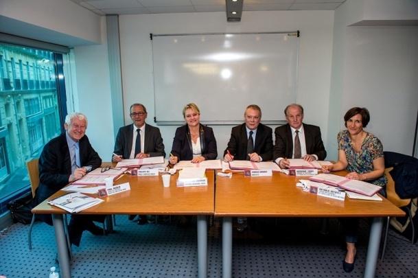 Les signataires se sont réunis mardi 9 avril 2013 à la Cité des Métiers à Marseille - Photo Francois Moura / CCI PACA