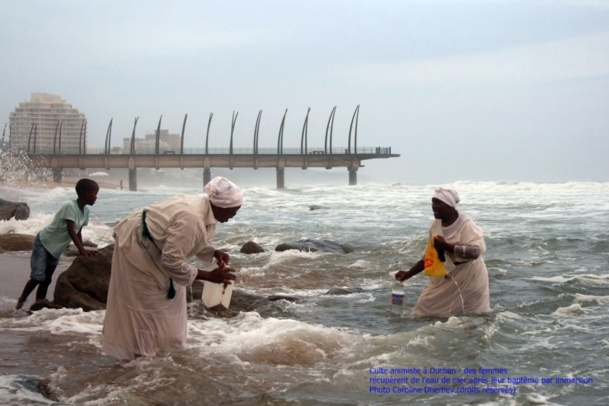 (cliquer pour agrandir) Le cliché primé par le Prix de la photo Culture sur le thème : Culte animiste à Durban - des femmes récupèrent de l'eau de mer après leur baptême par immersion - DR Caroline Dherbey.jpg