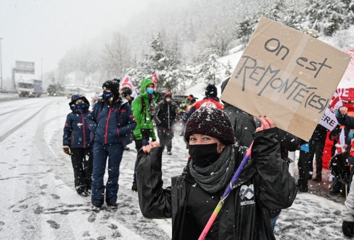 Les acteurs du secteur du ski bloquent la route vers le tunnel de Fréjus le 1er février 2021 pour protester contre les mesures du gouvernement. Philippe Desmazes/AFP