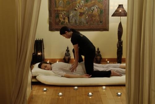 """Le massage thaïlandais traditionnel, ou """"nuad thao""""  enseigné au royaume de Siam depuis 3000 ans, figure aujourd'hui au menu de nombreux spas. Attention, il n'est pas conseillé à tout le monde. © Ban Sabaï"""